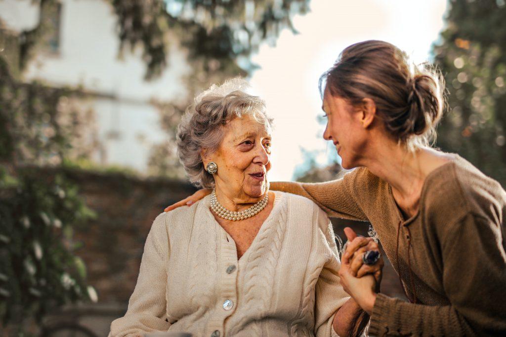 Tochter spricht mit Mutter