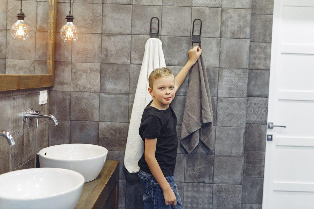 Kleiner Junge mit Handtuch